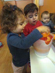 suc-taronja-natural-criança-respectuosa
